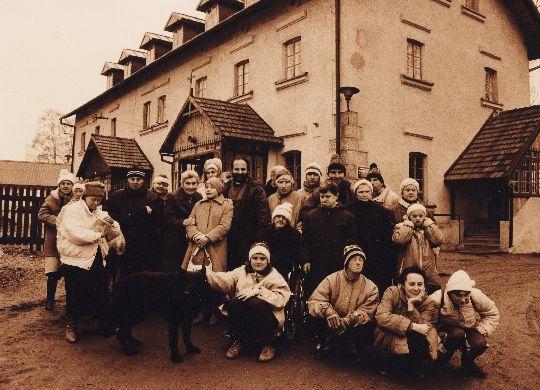 Tu wszystko się zaczęło - Pierwsi podopieczni Schroniska dla Niepełnosprawnych wraz z Założycielami Fundacji przed Starym Dworem w Radwanowicach (fot. Stanisław Markowski).
